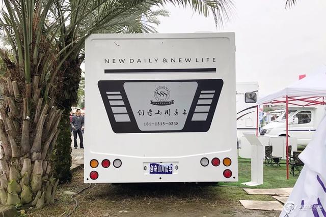 45.8万元起 水墨古典拉花 创奇山川依维柯C型房车成都房车展发布
